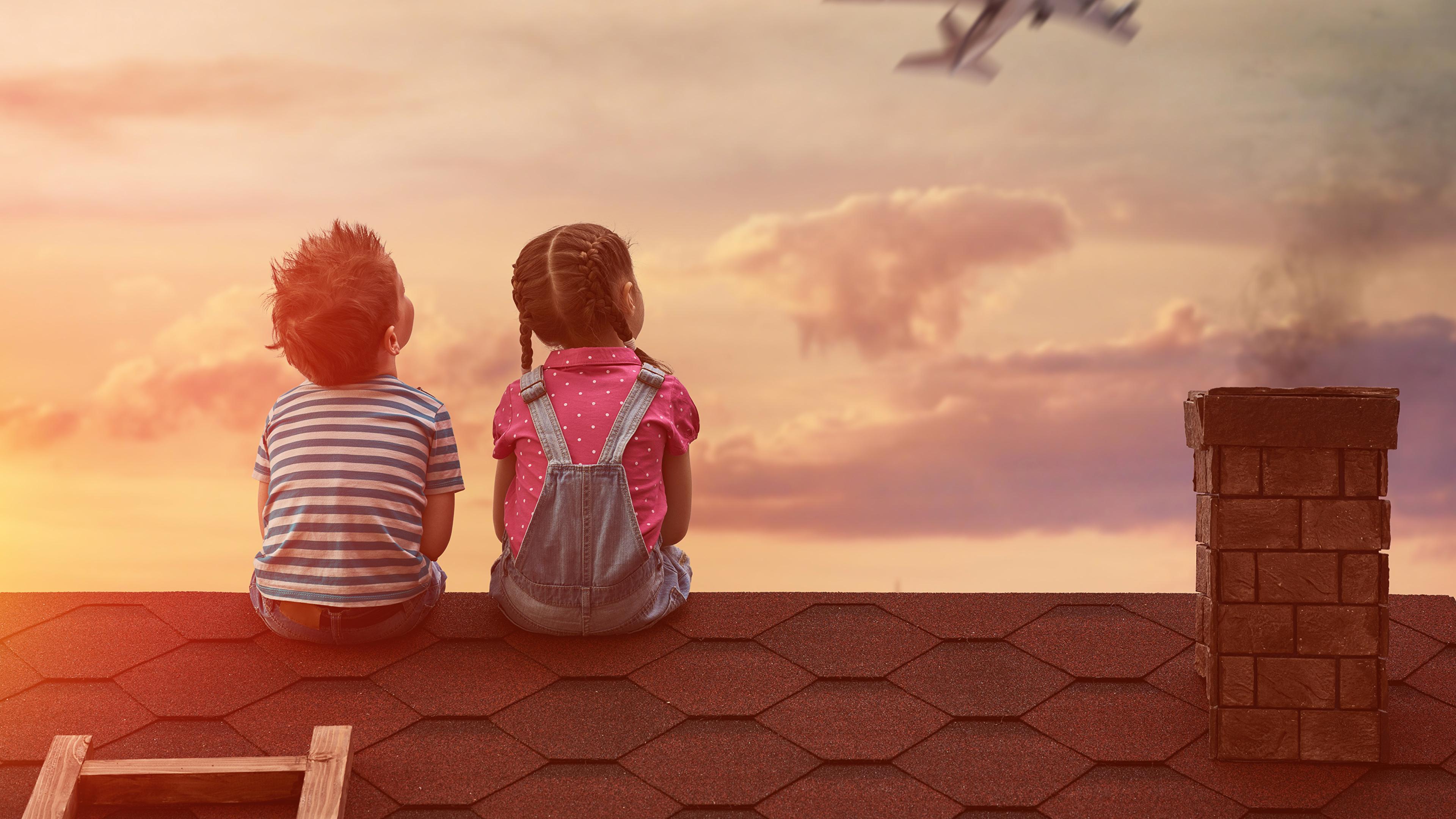 Фото двух детей со спины