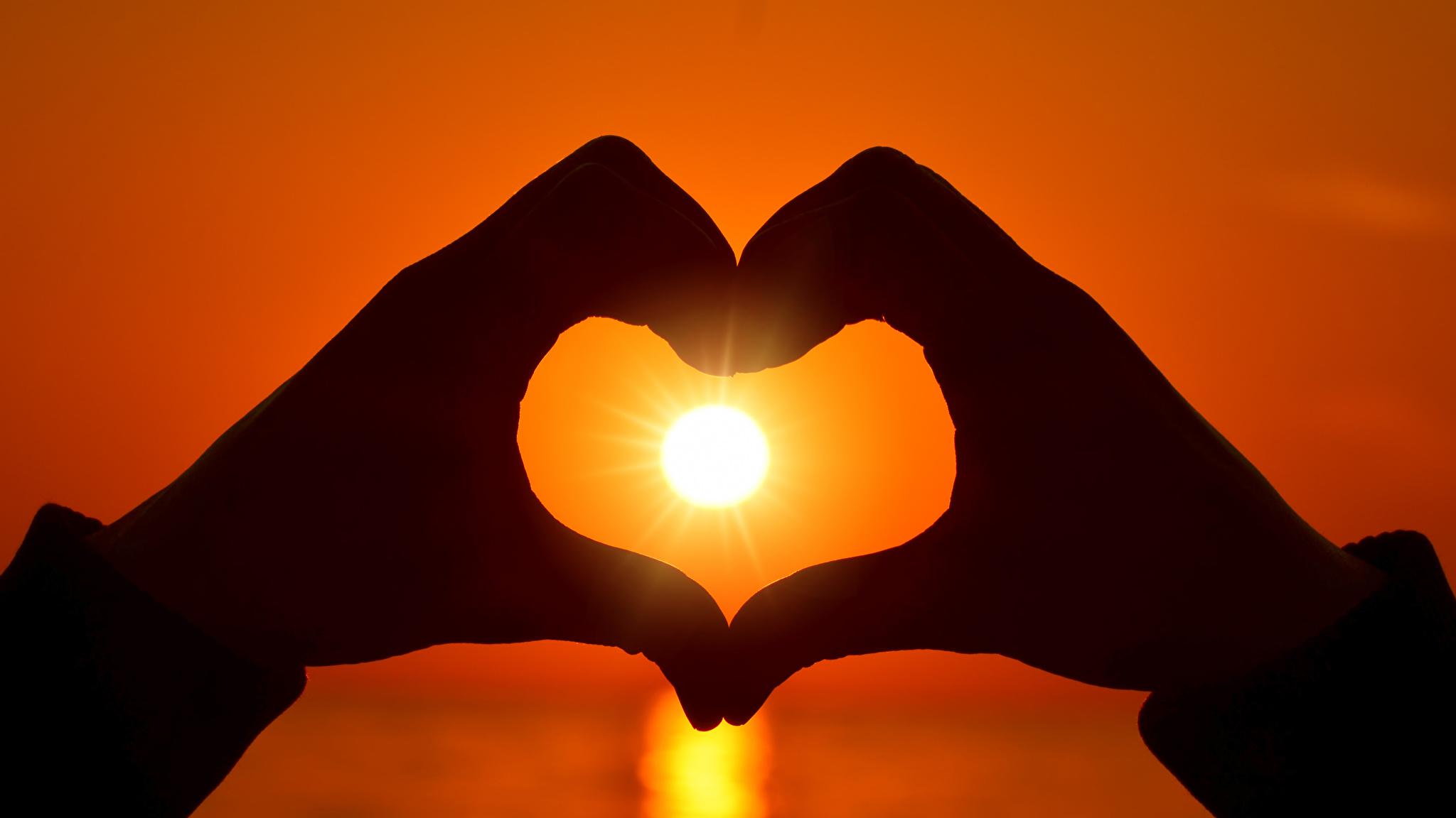 Сердце в ладошках  № 923407 бесплатно