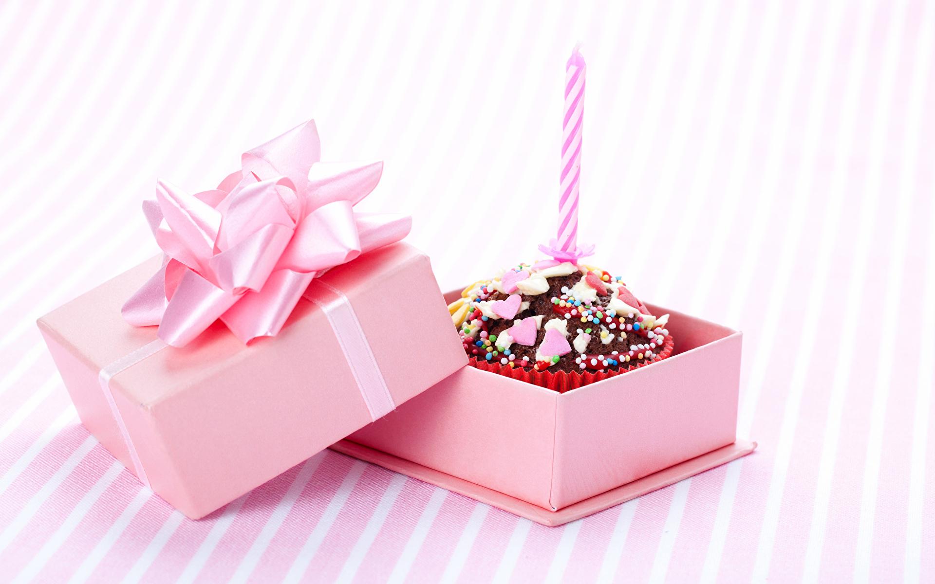Коробка с маленькими подарками на день рождения