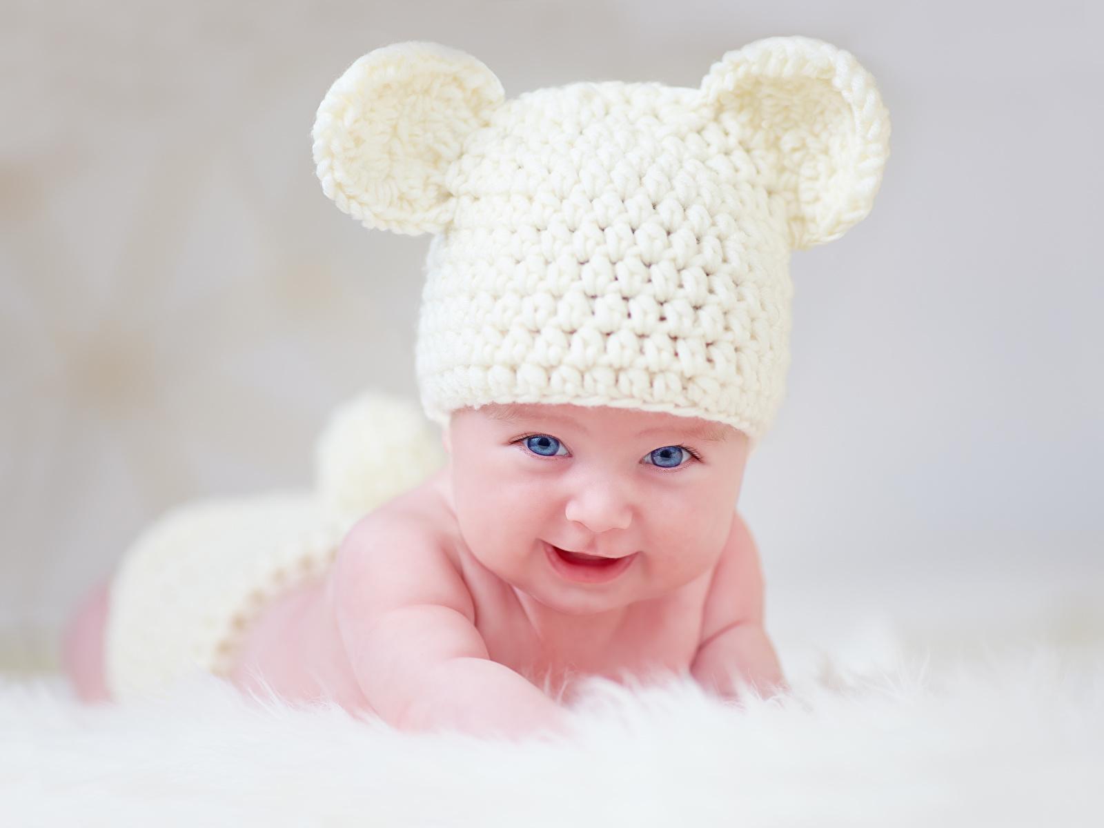 Фото ребенок в белой шапке или