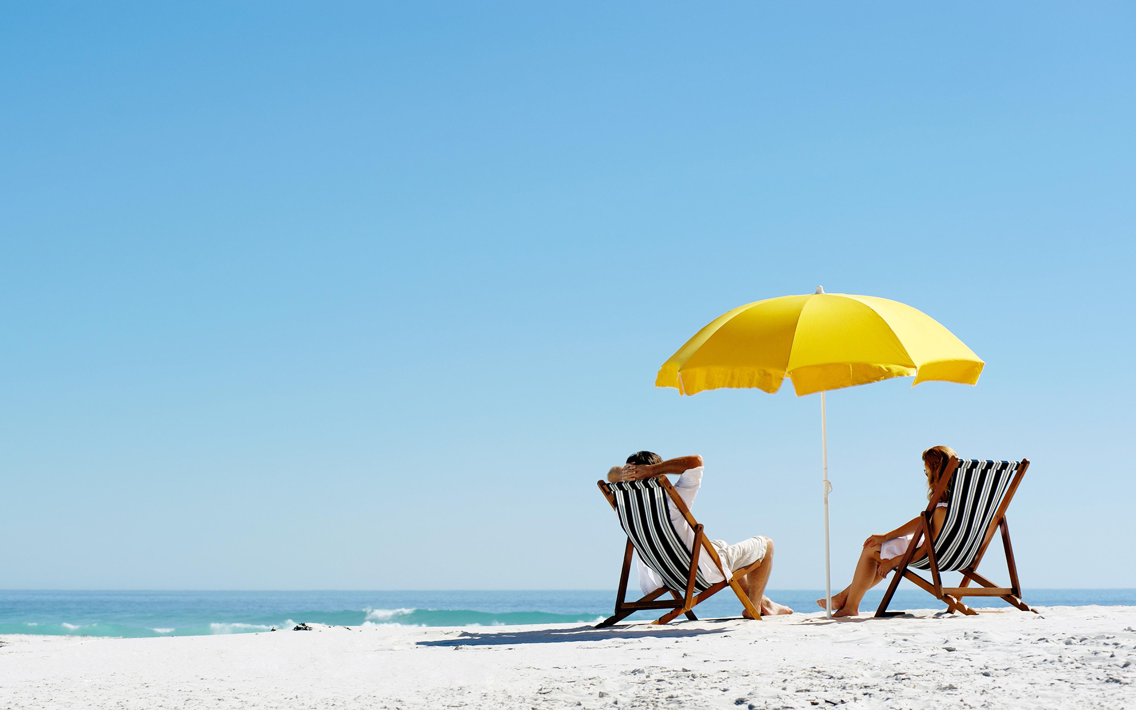 Пляж с желтыми зонтами  № 1497387 загрузить
