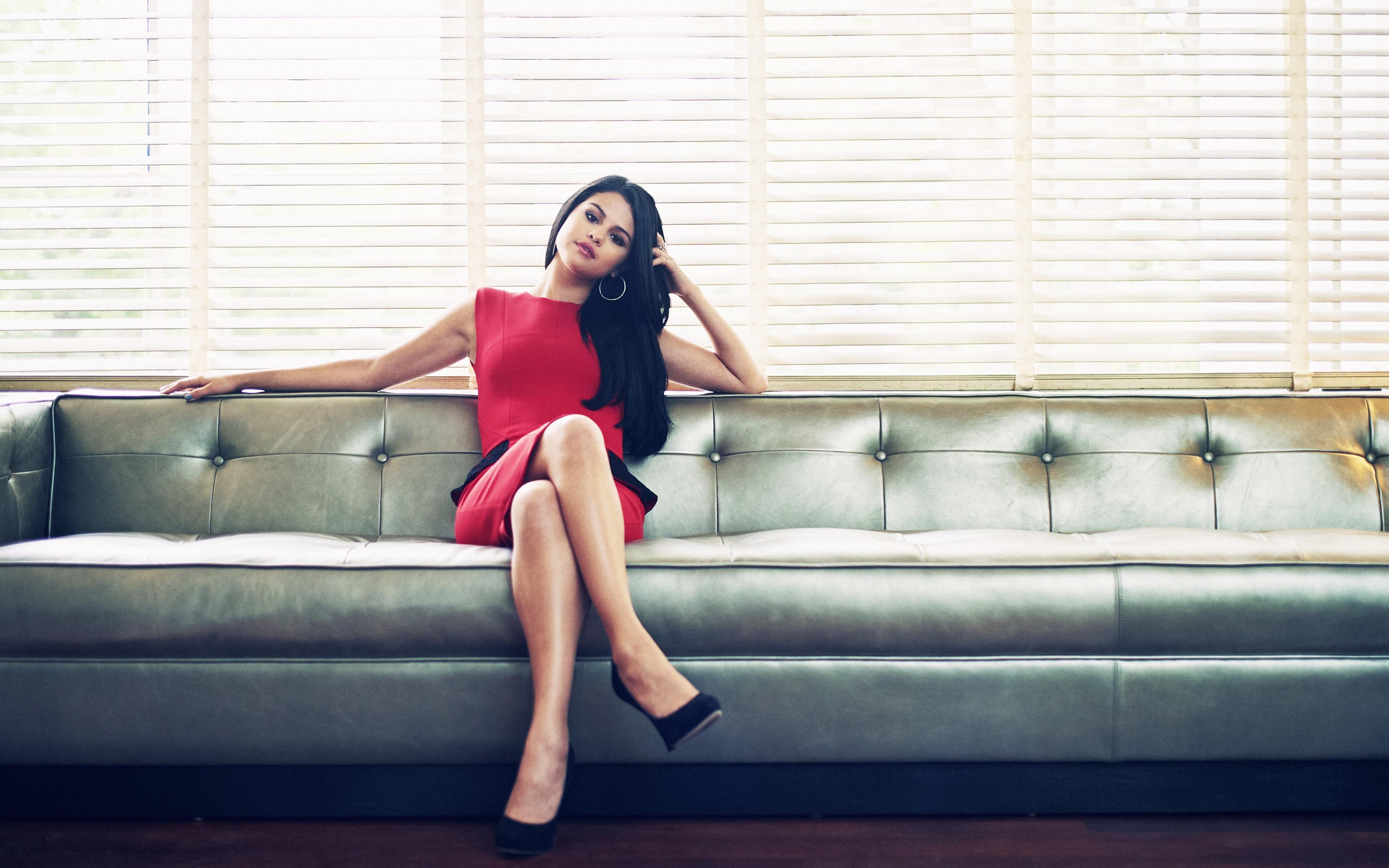 Девушка брюнетка на диване  № 651810 бесплатно