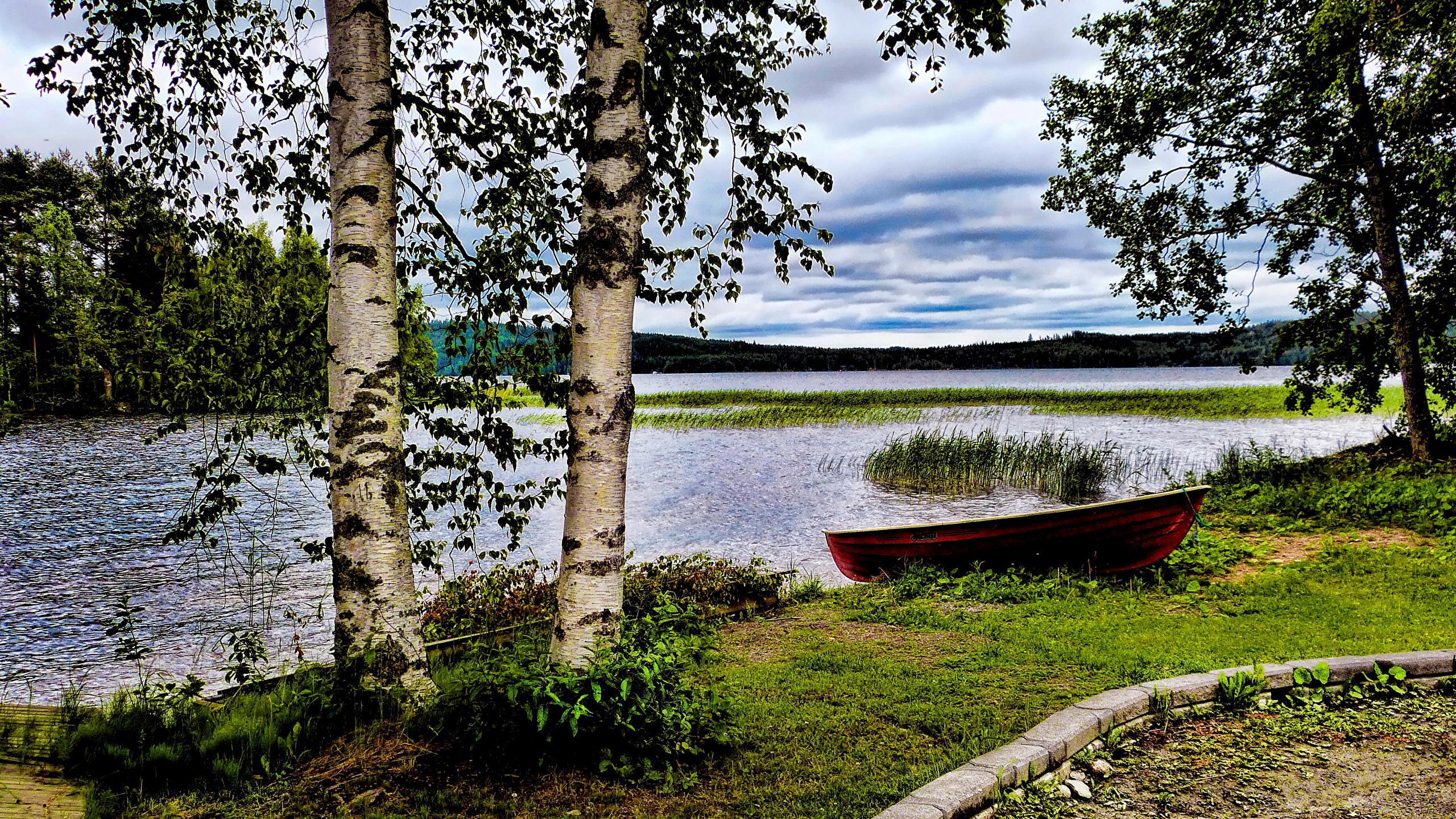 Лодка на берегу зеленого озера  № 2492973 загрузить