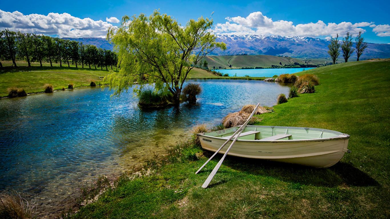 Лодка на берегу зеленого озера  № 2493001  скачать