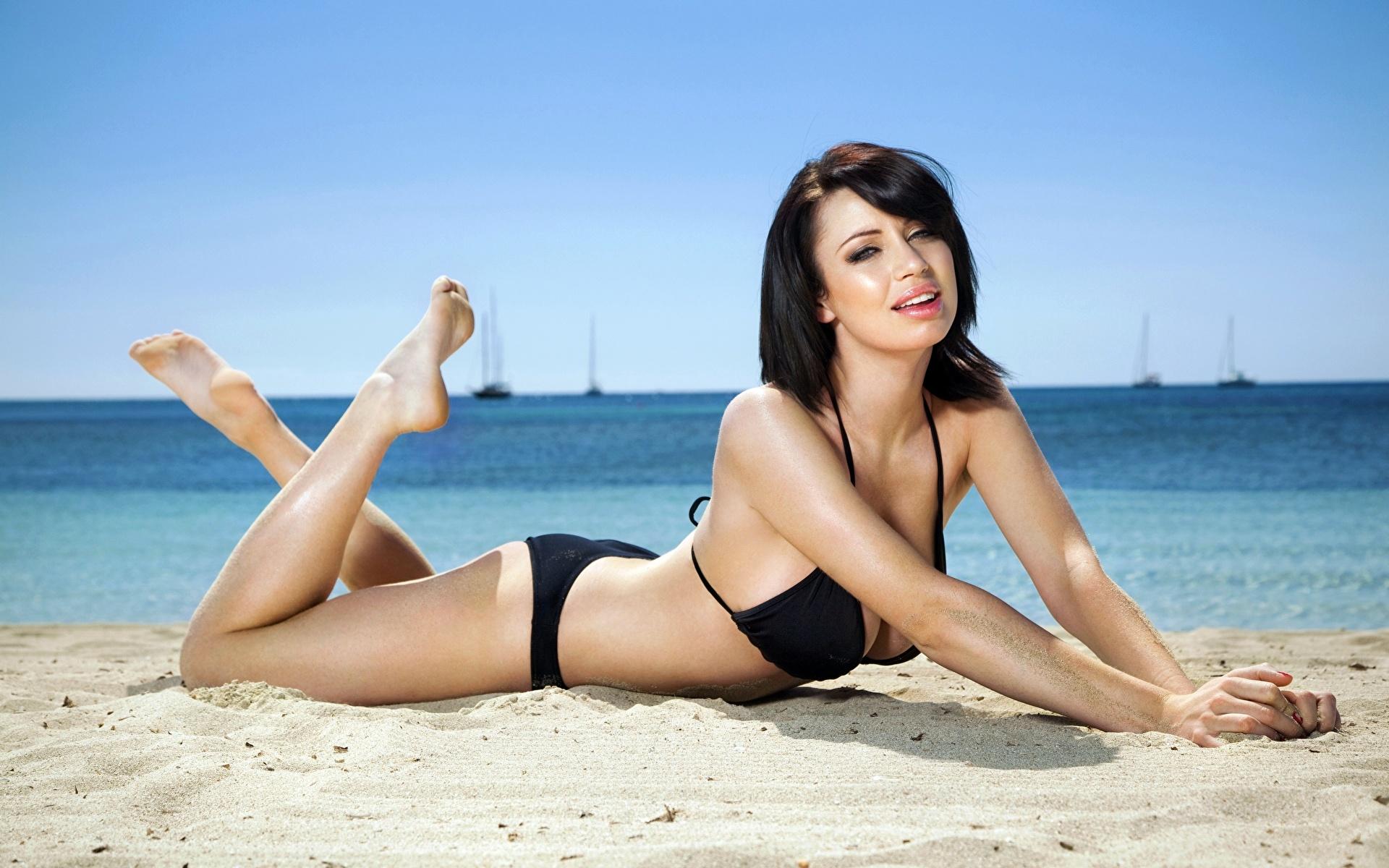 Девушка на пляже фото для рабочего стола
