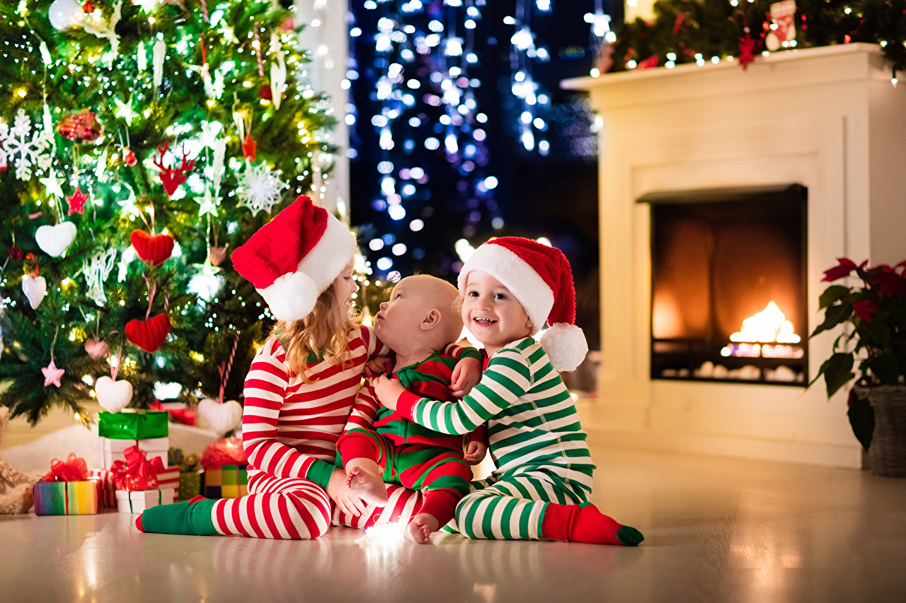 Ребенок под елкой с подарками 131