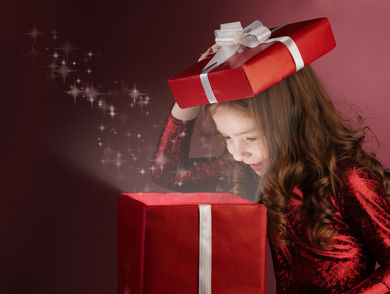 Девочка получила подарок 98