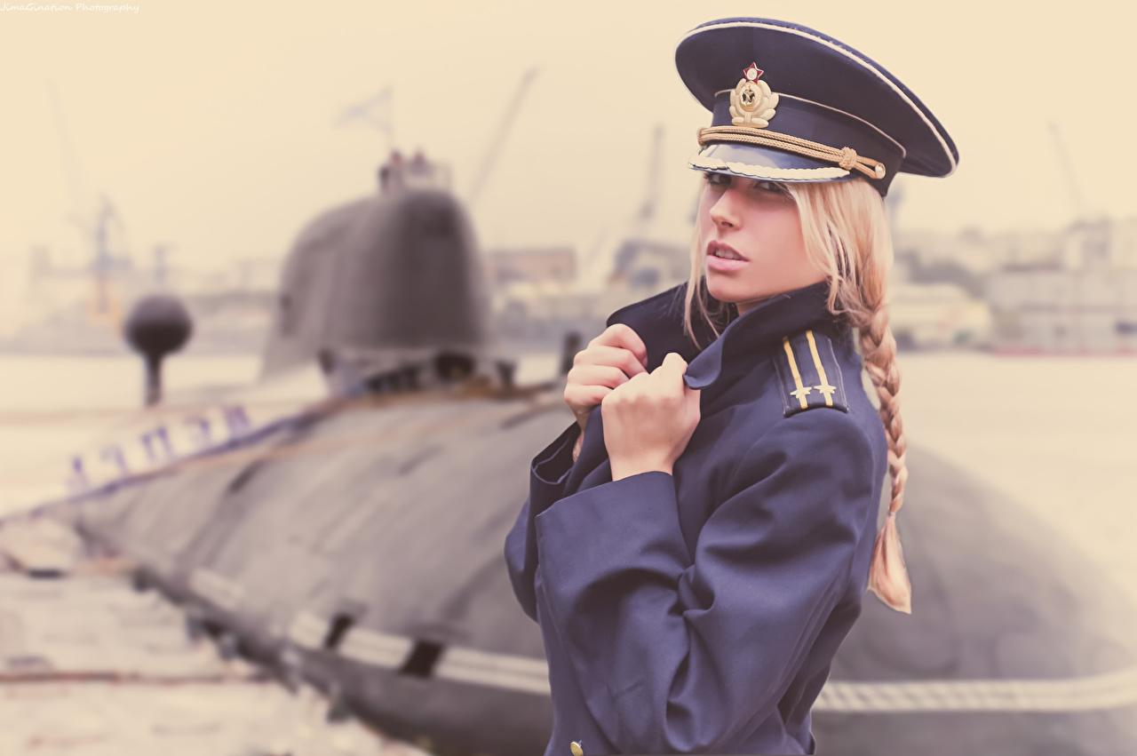 golaya-devushka-v-forme-kapitana