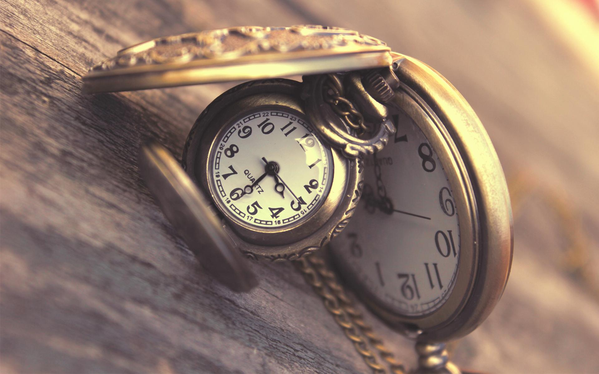 Часы из обоев
