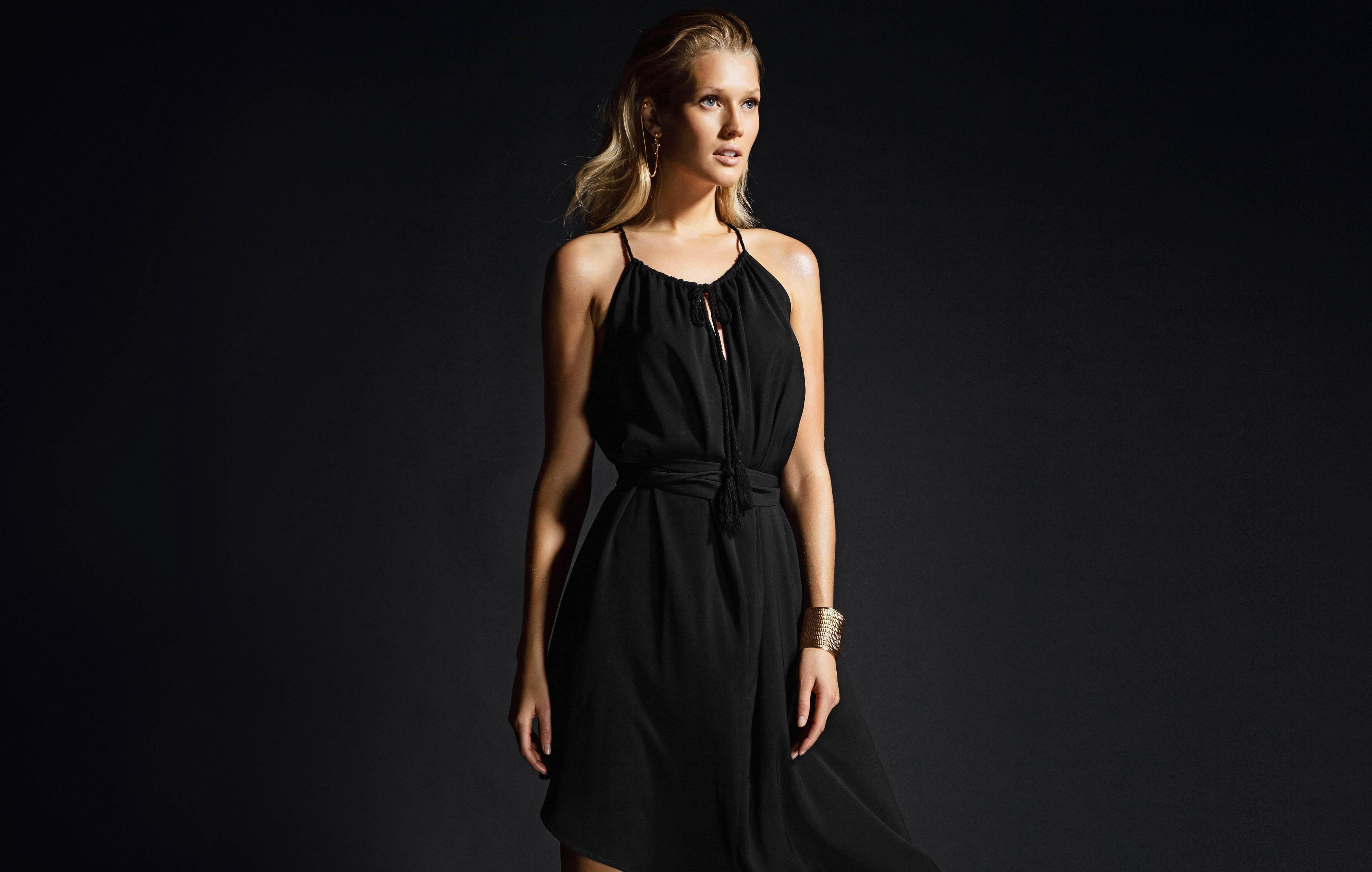 Фото модели в черном платье 189