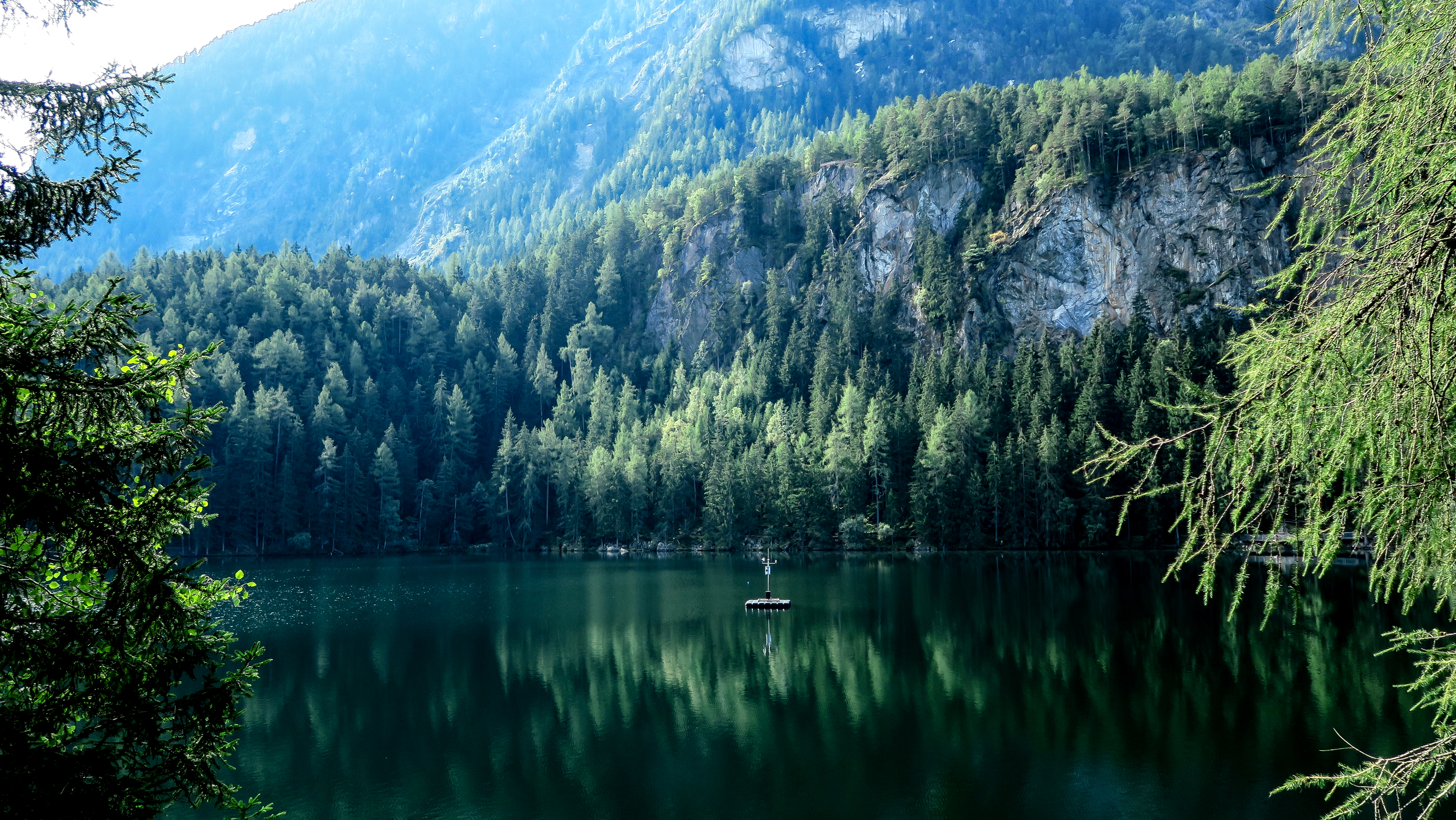 горы озеро деревья небо  № 3234923 загрузить