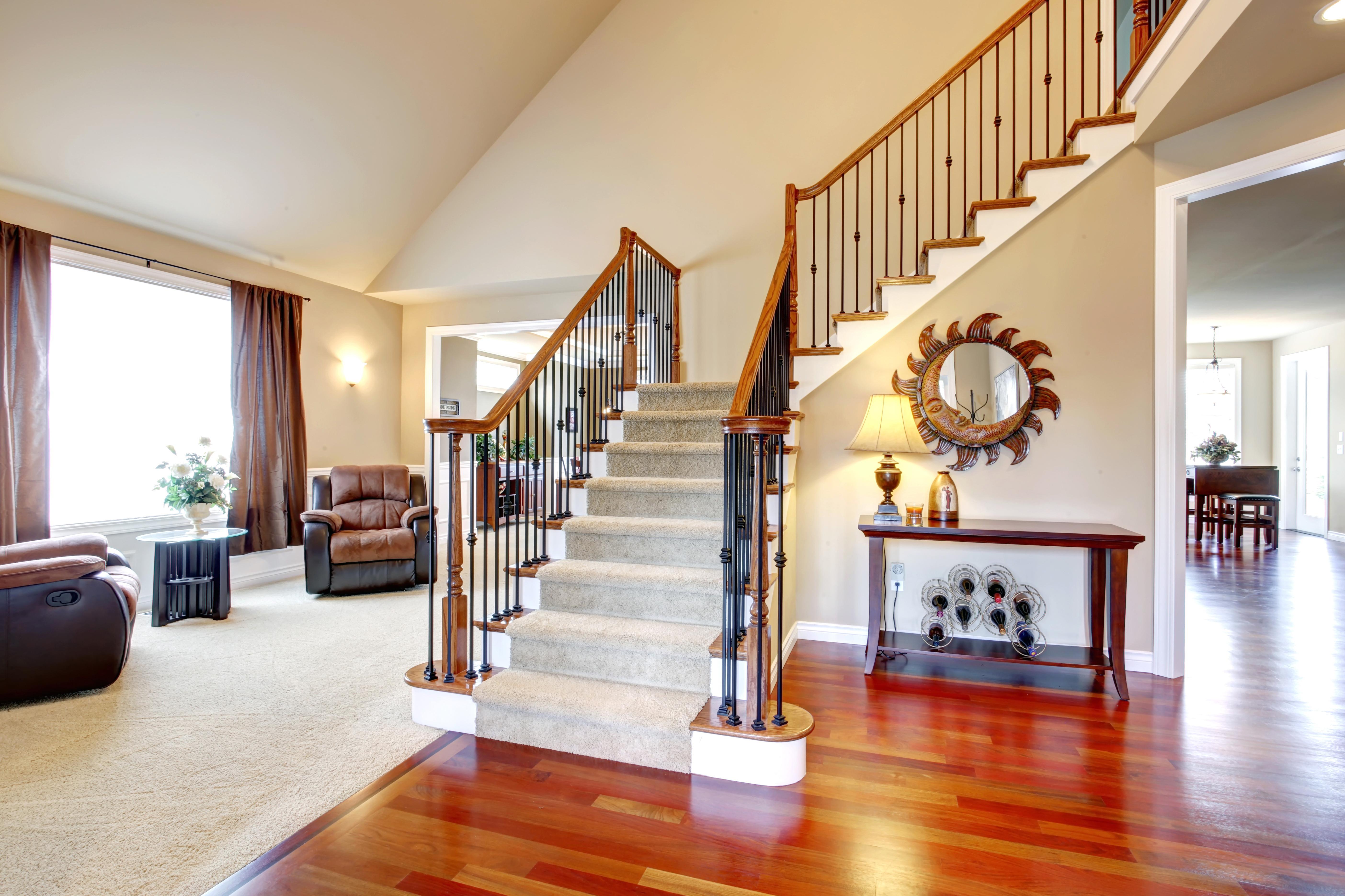 Дизайн гостиной столовой разделенные лестницей