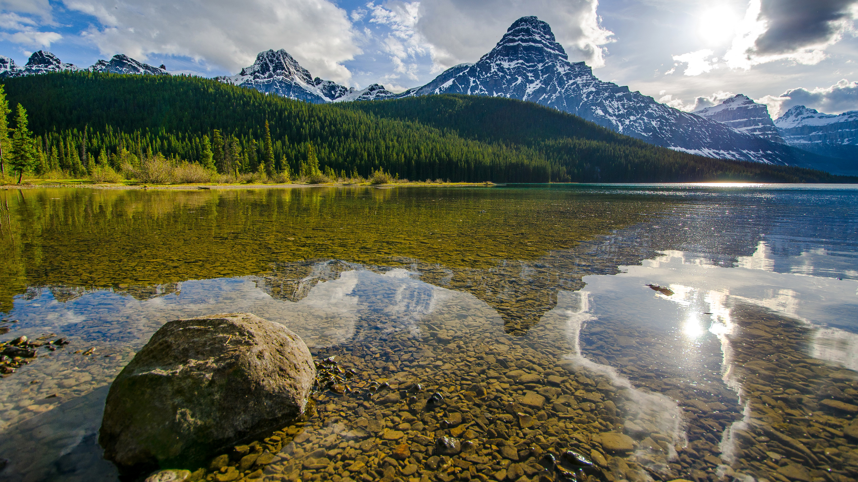 Облака над озером, галька, горы, лес  № 2950519 бесплатно