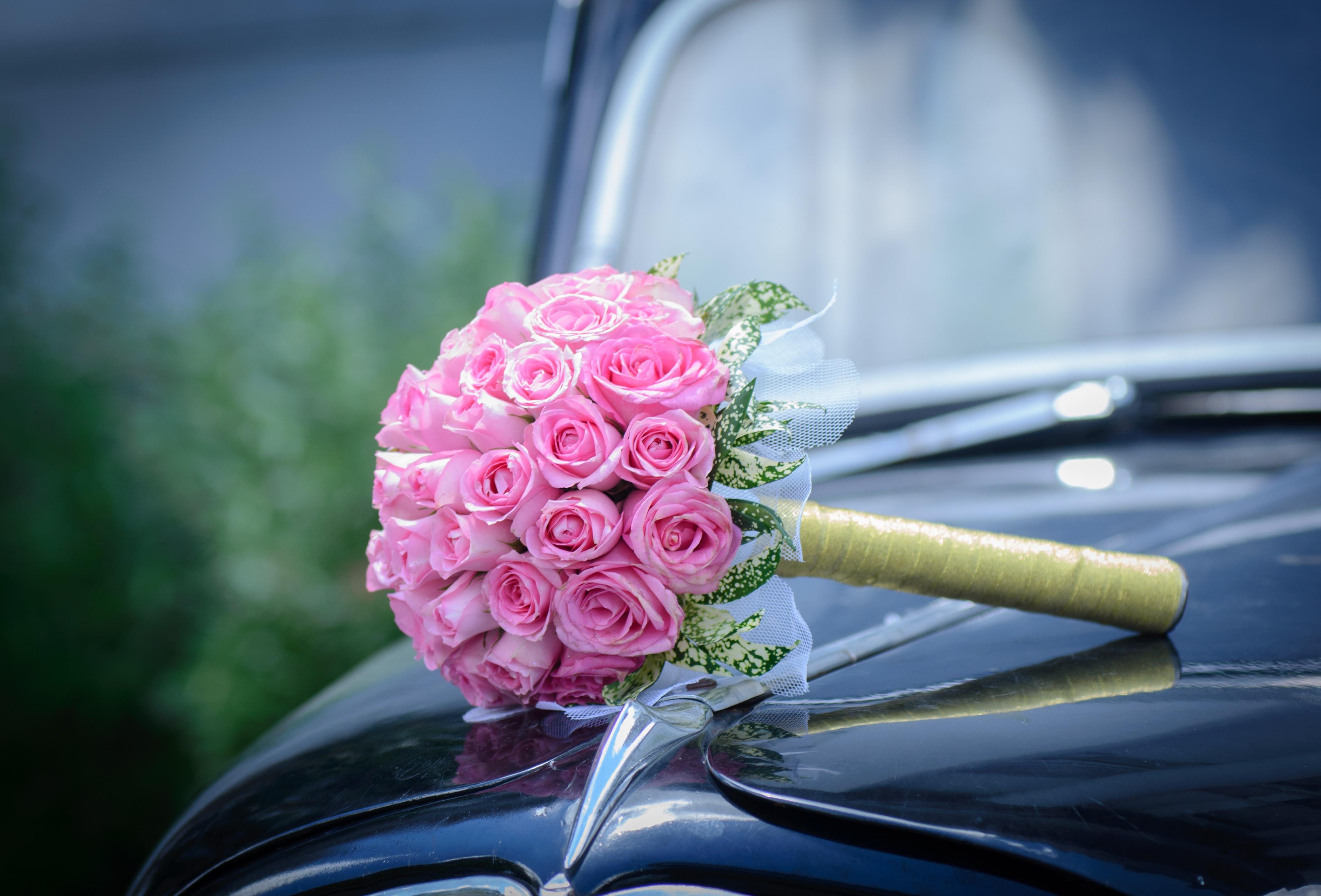 Фото цветы белой на машине букет роз