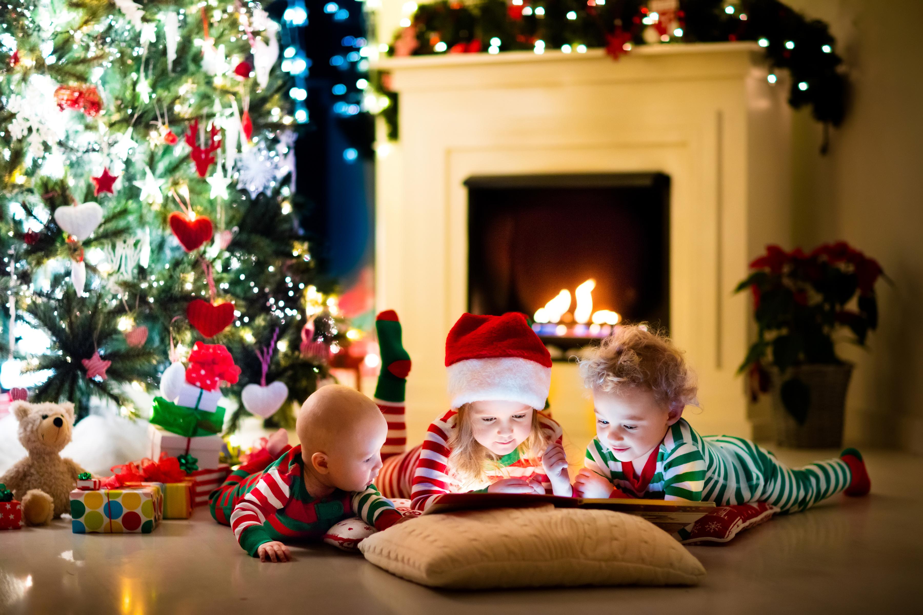 Ребенок под елкой с подарками 141