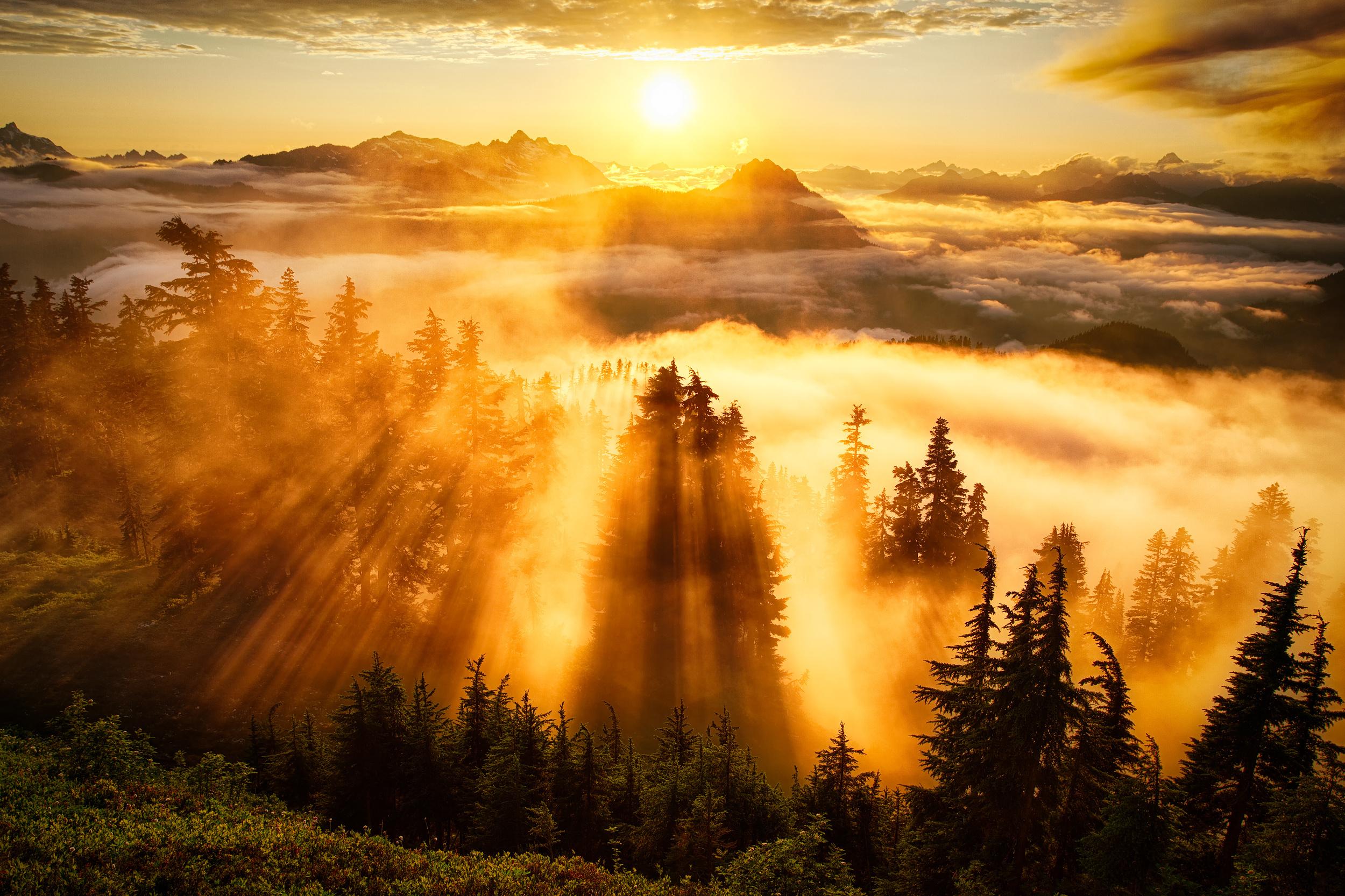 Красивый закат в горах