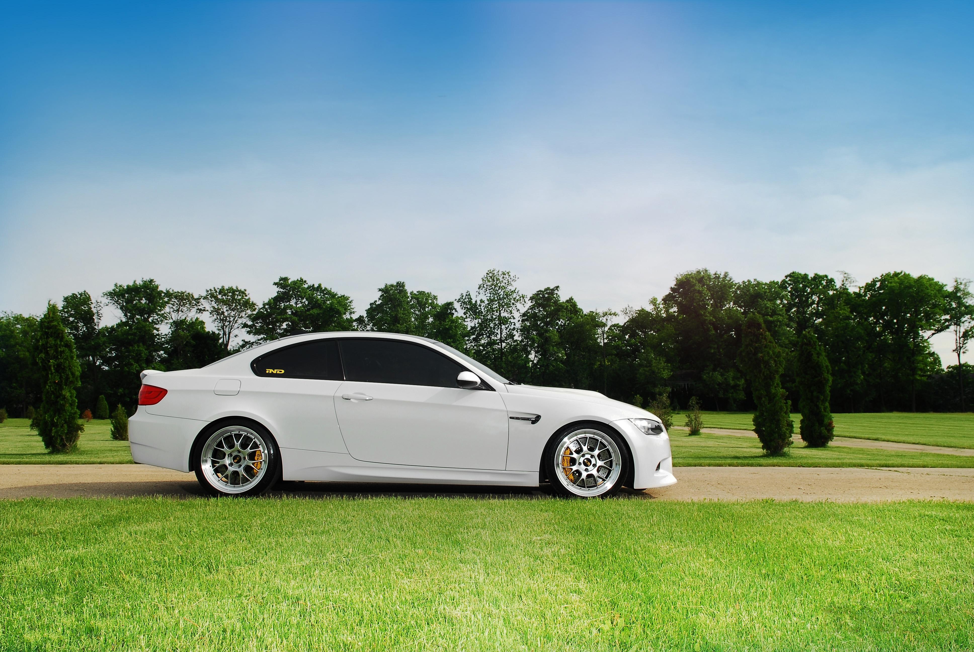 Белый авто в легкой синеве  № 3565294  скачать