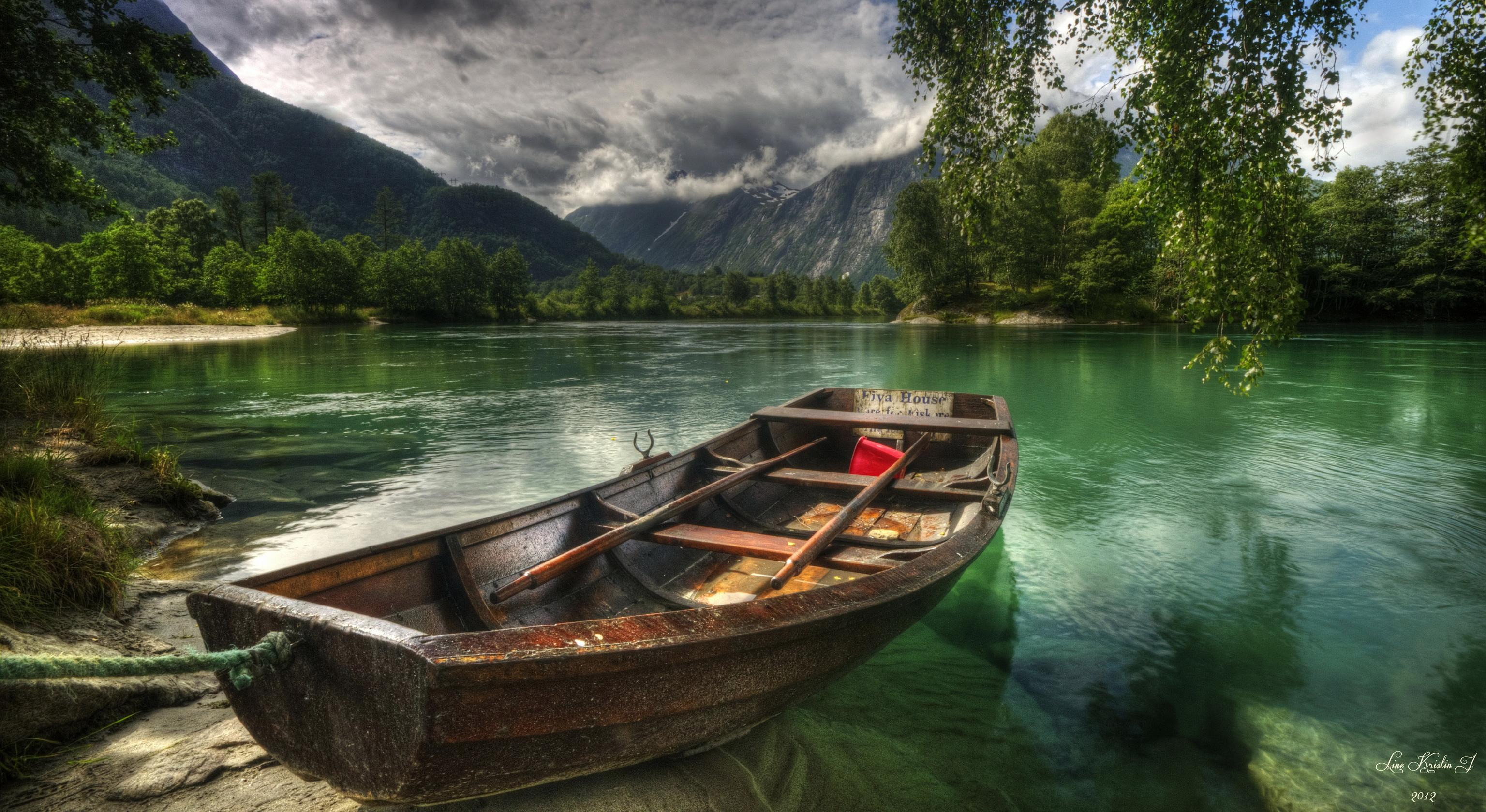 На лодке в горном озере  № 3062408 бесплатно