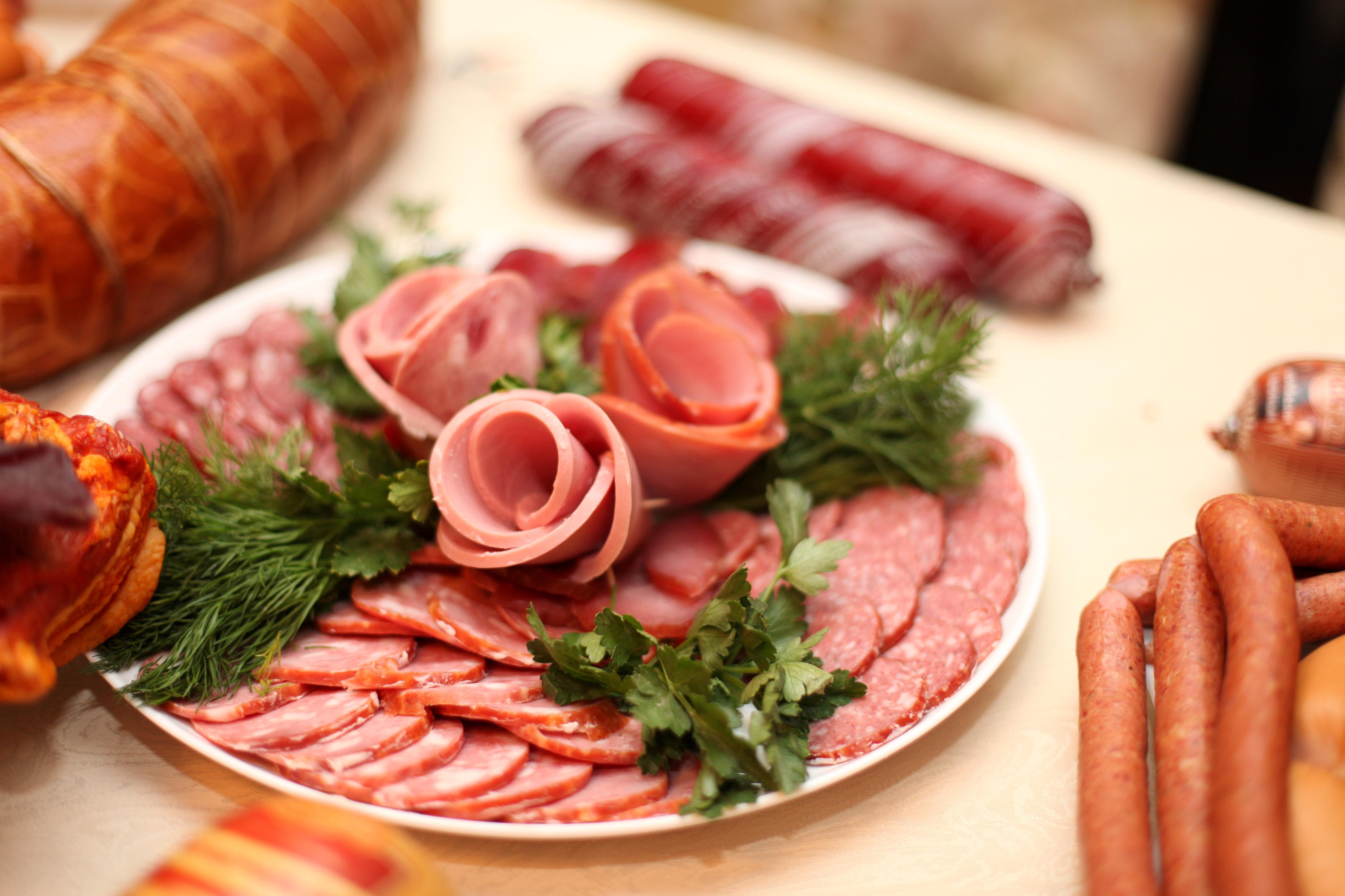 еда колбаса сосиски мясо салат  № 2121933 бесплатно