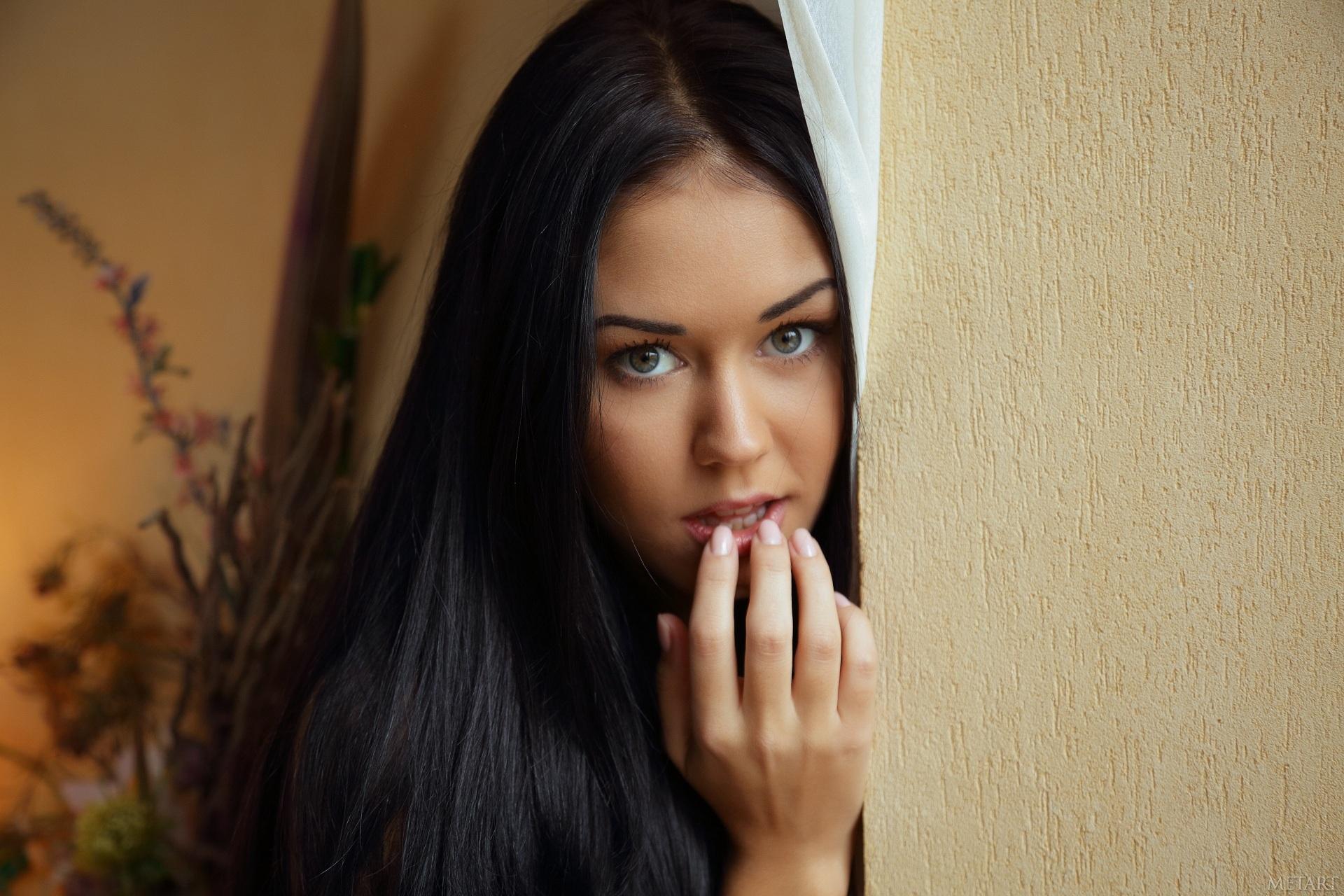 Фото красивой одной и той же красивой девушки