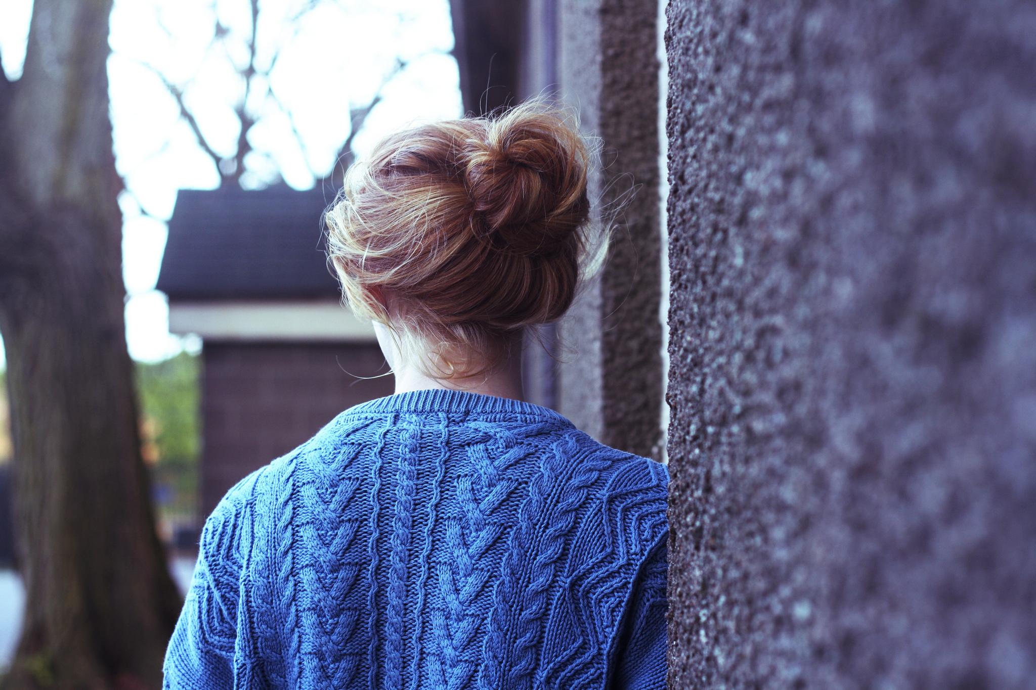 Фото девушки с короткими волосами зимой со спины на аву