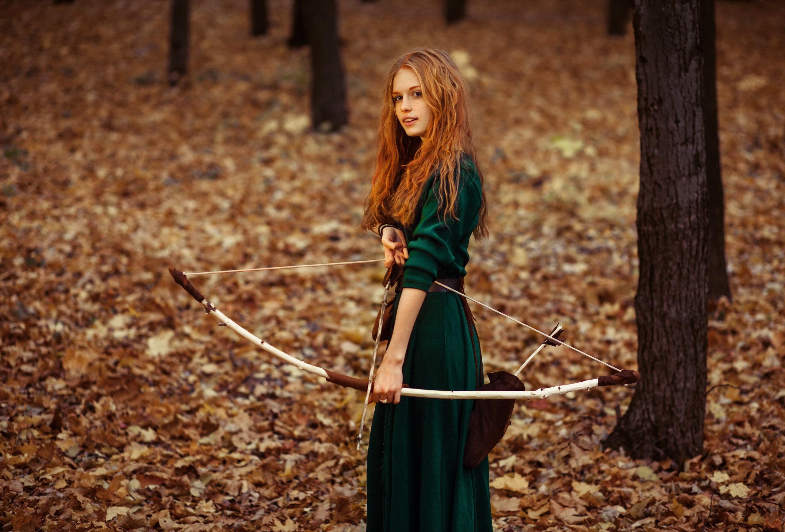 Рыжая девушка в зеленом платье 5 фотография