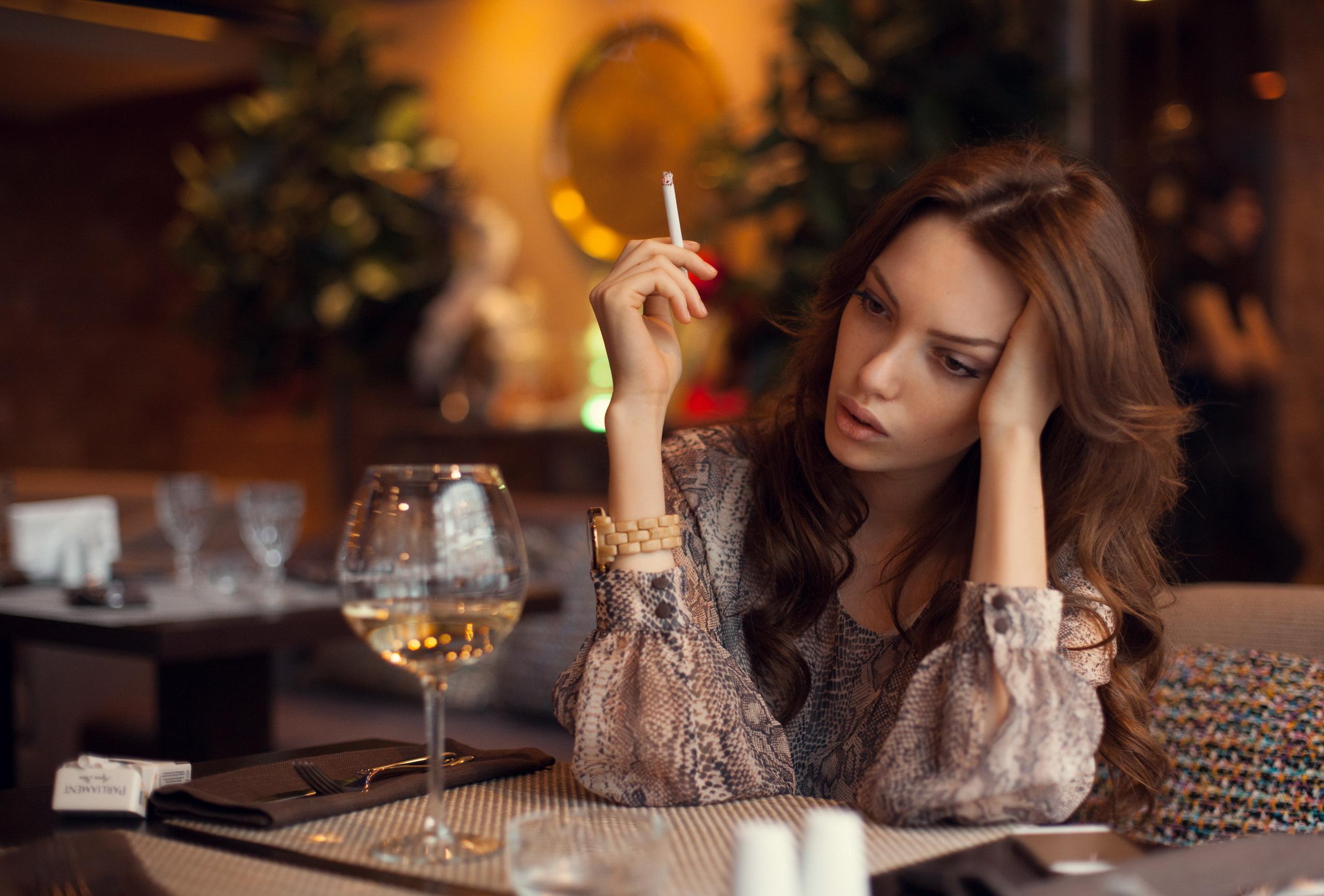 Фото девушки с фужером вина