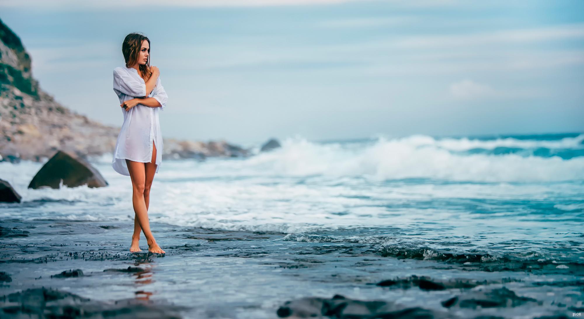 Девушка на море на берегу фото