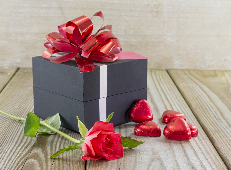4 фото 1 слово девушка цветы конфеты