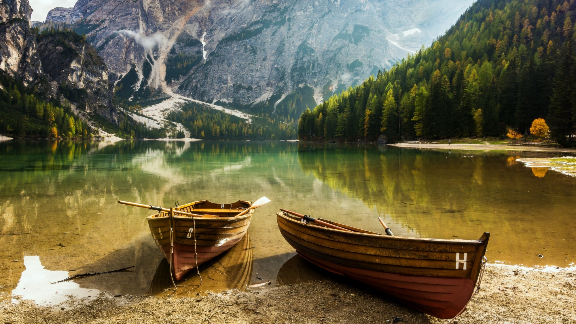 Пара на берегу горного озера  № 1608961  скачать