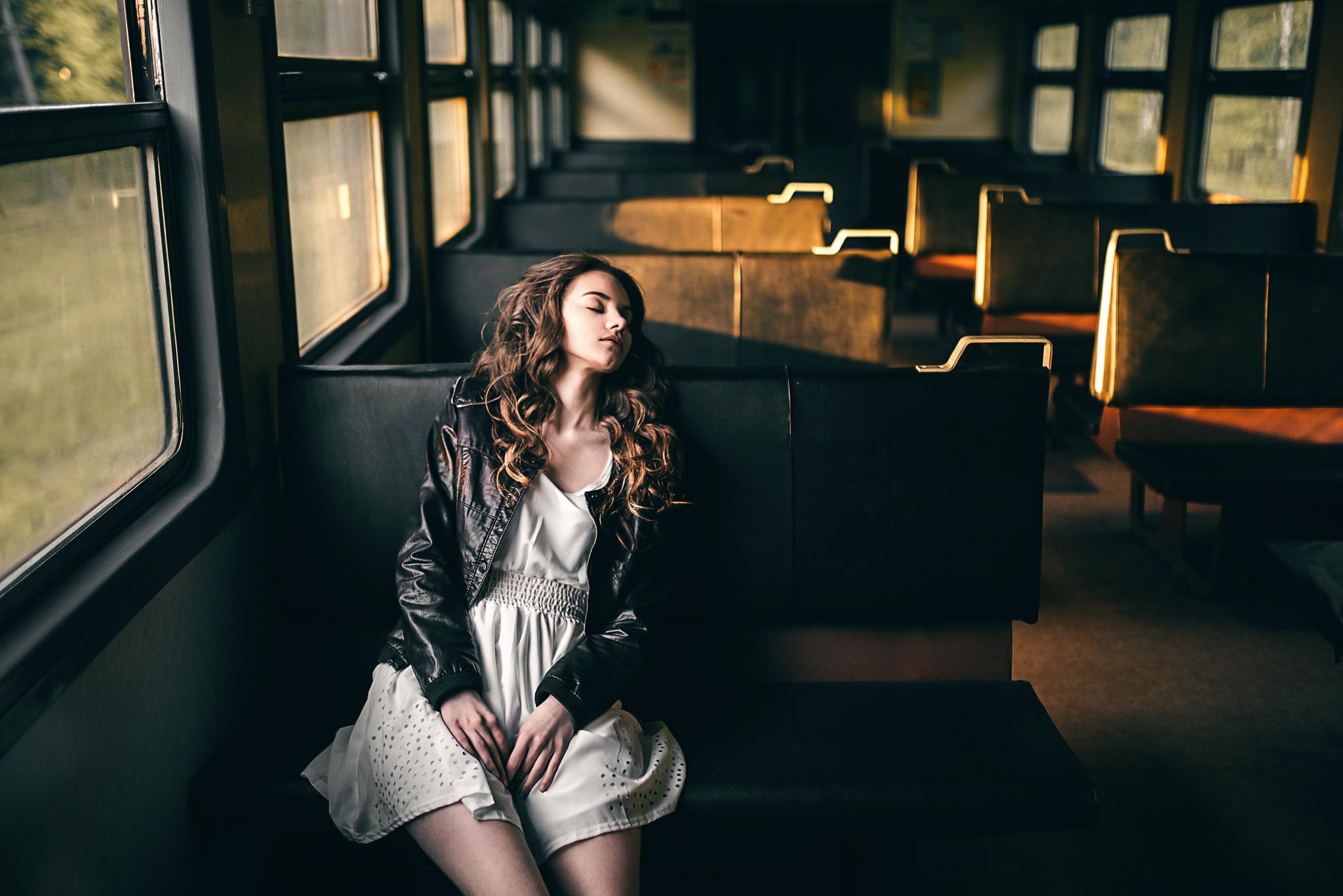 Фото красивых девушек в электричках