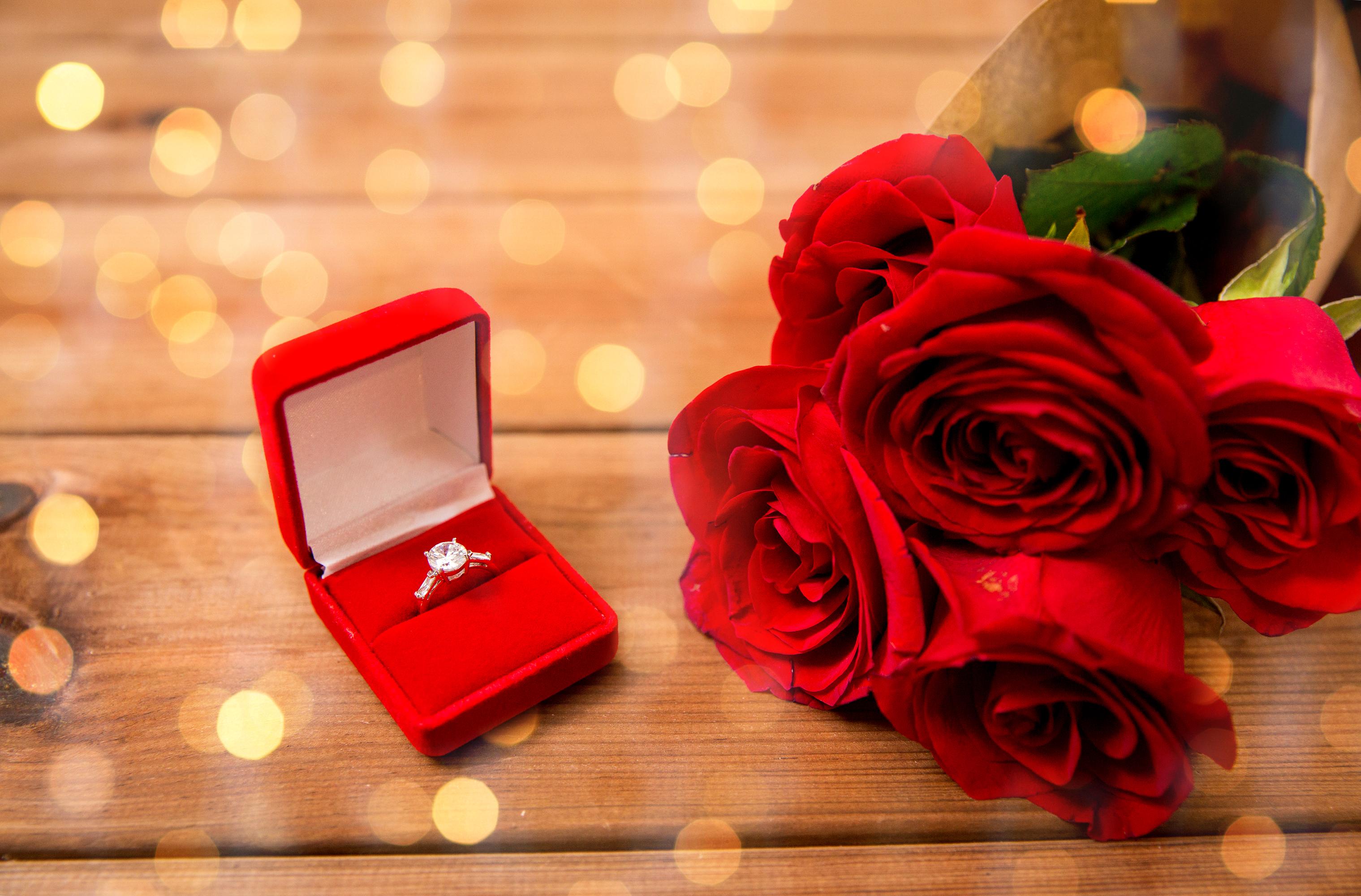 Кольцо в коробке с цветами