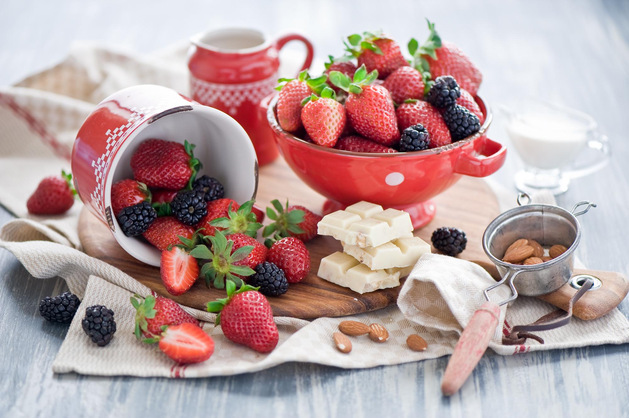 Пироженое с клюбникой и с чаем  № 2153901 загрузить