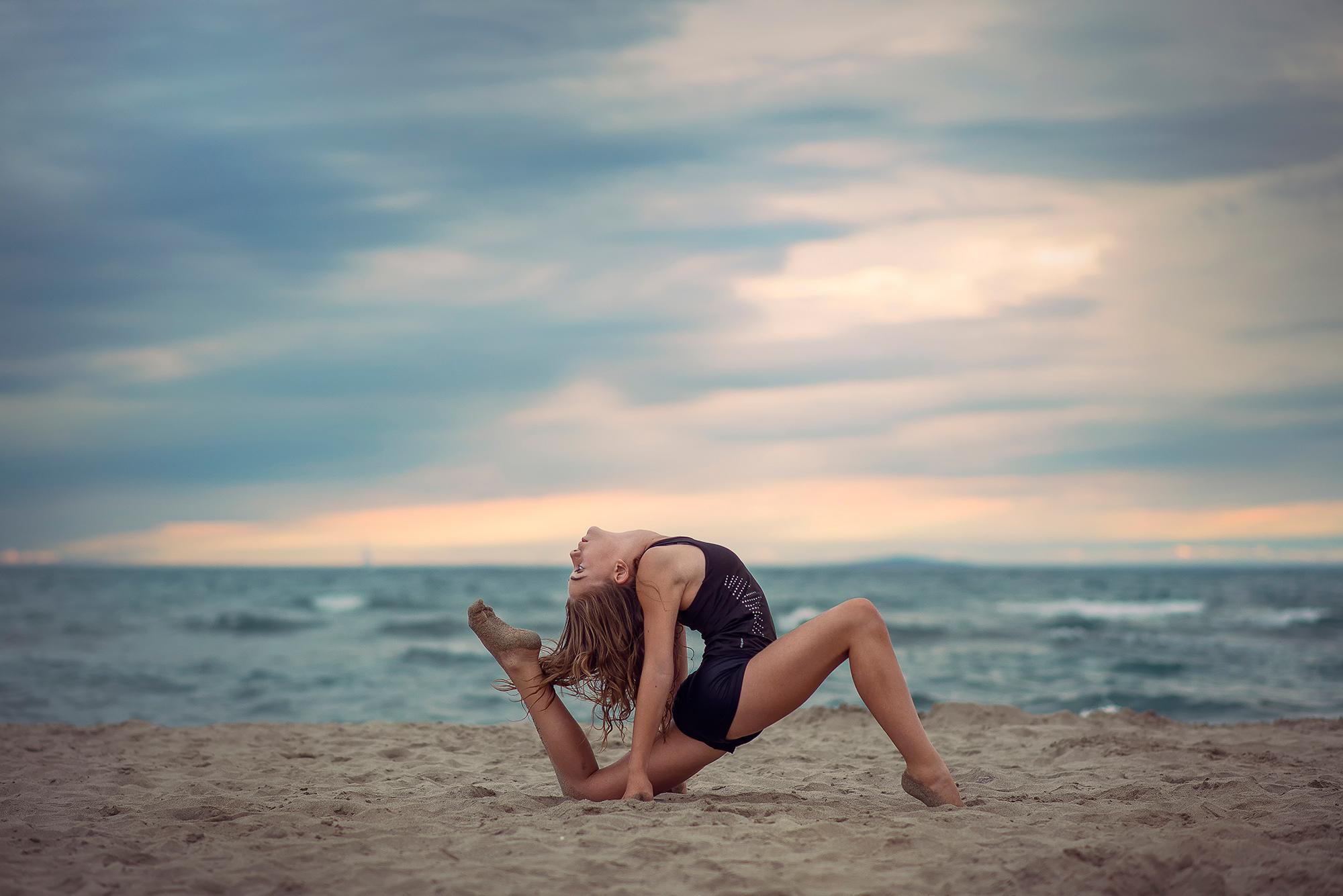 Фото девочек гимнасток на пляже 19 фотография