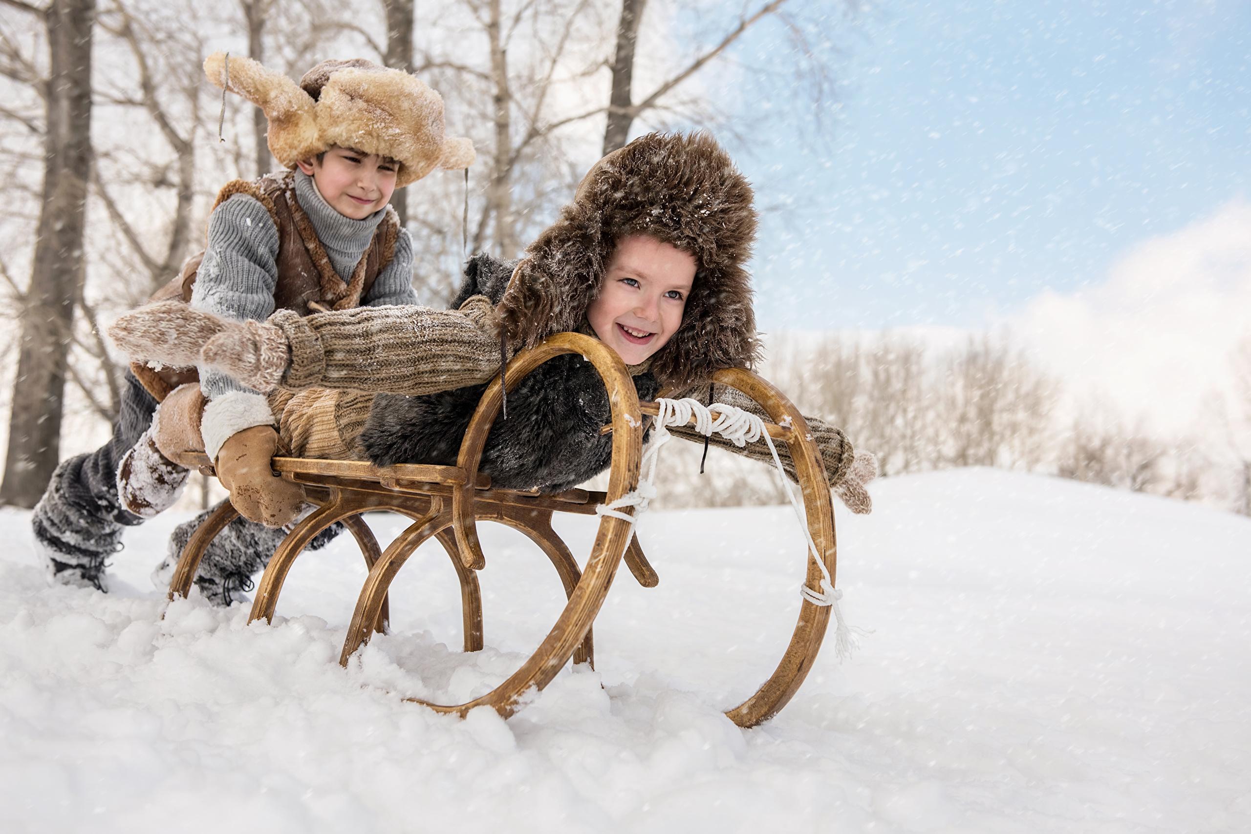 Обои для рабочего стола зима в деревне мальчик с санями