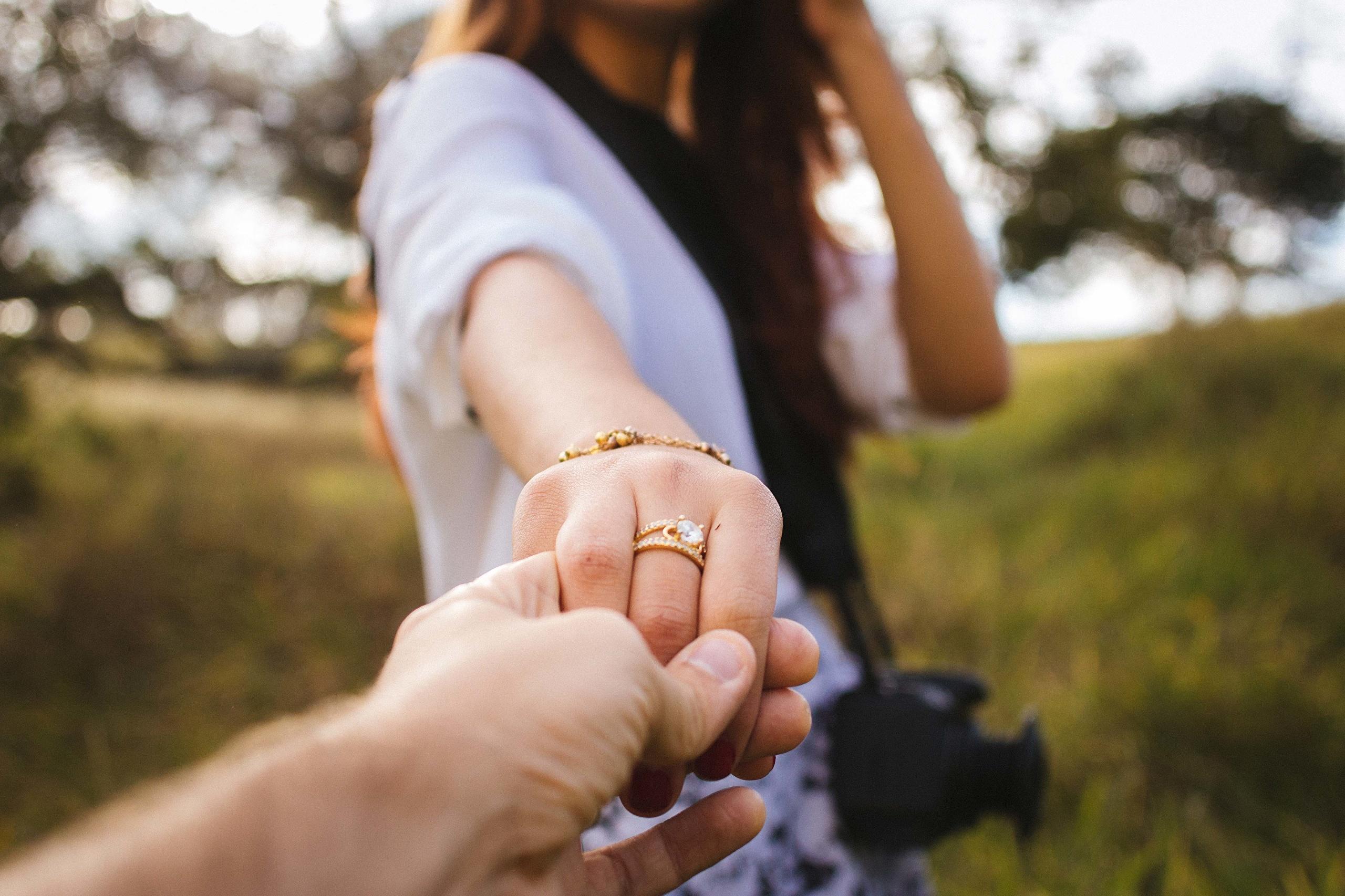 Фото девушек держащих друг-друга на руках