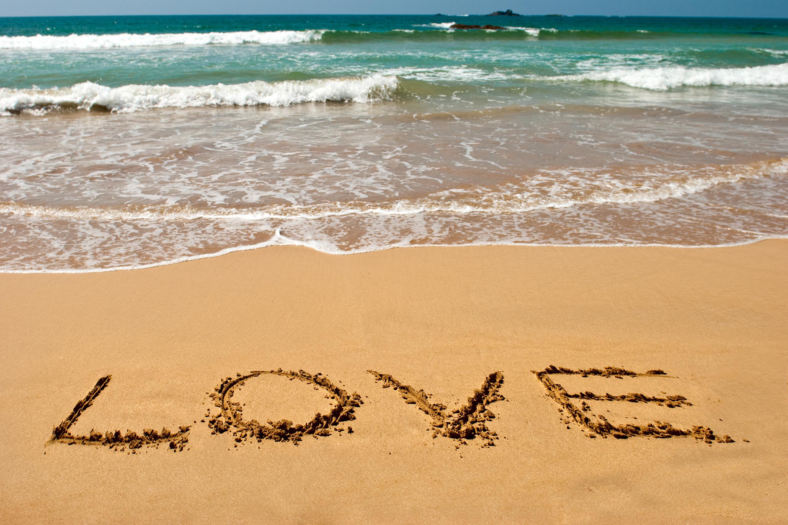 2011 надпись на песке возле волн  № 3342100 бесплатно