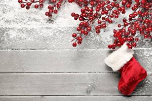 Обои Праздники Новый год Ягоды Сапоги Доски Снег Шаблон поздравительной открытки Природа картинки