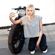 Обои Блондинка Мотоциклист Ноги Девушки Мотоциклы картинки