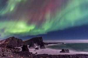 Обои Побережье Исландия Небо Полярное сияние Скала Природа картинки