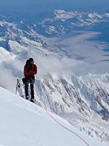 Фотография Гора Альпинизм Мужчина Альпинист Снеге спортивные