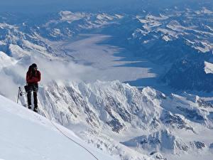 Фотография Гора Альпинизм Мужчины Альпинист Снеге спортивные