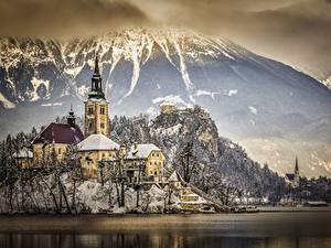 Обои Словения Зимние Горы Озеро Замки Альпы Снег Утес Lake Bled, Bled castle