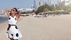 Фотографии Пляже Шатенки Платье Очки Рука
