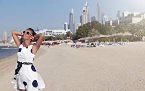 Фотографии Пляж Шатенка Платье Очки Руки