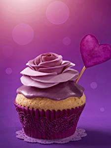 Фотографии День святого Валентина Сладости Пирожное Розы Капкейк кекс Цветной фон Сердечко