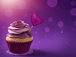Фотографии День святого Валентина Сладости Пирожное Роза Капкейк кекс Цветной фон Сердечко Продукты питания
