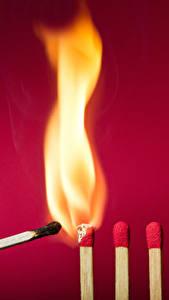 Фотографии Пламя Спички Красный фон