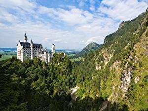Обои для рабочего стола Нойшванштайн Германия Замки Гора Леса Скалы Бавария Природа