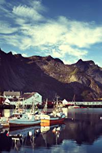 Картинка Норвегия Лофотенские острова Горы Здания Причалы Катера Reine Города